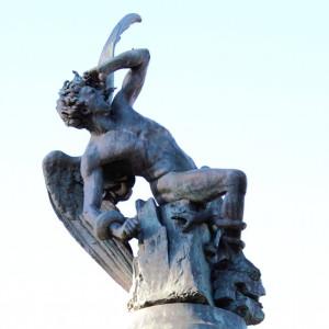 Por su orgullo cae arrojado del cielo sobre la meseta castellana, a seiscientos sesenta y seis metros sobre el nivel del mar en el parque del Retiro